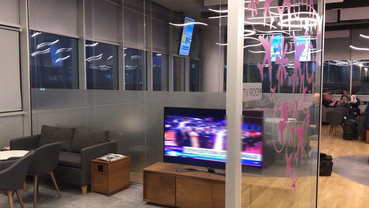 ラルナカ空港-ラウンジ-テレビルーム
