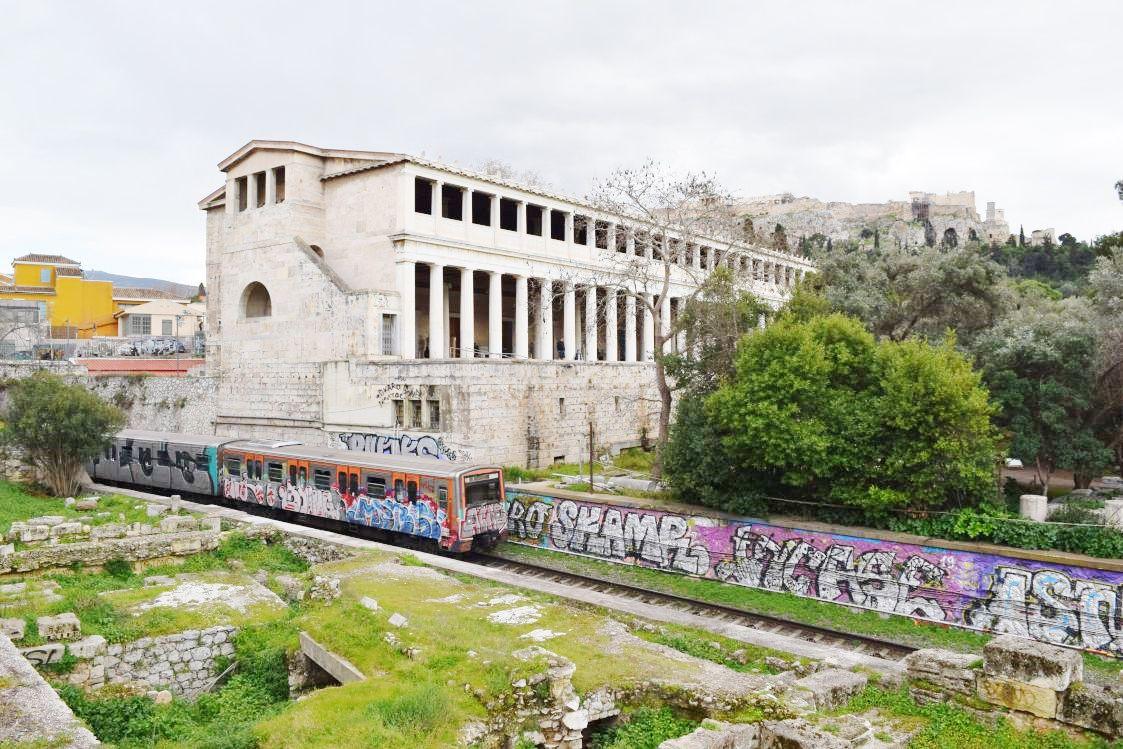 アテネの遺跡と列車