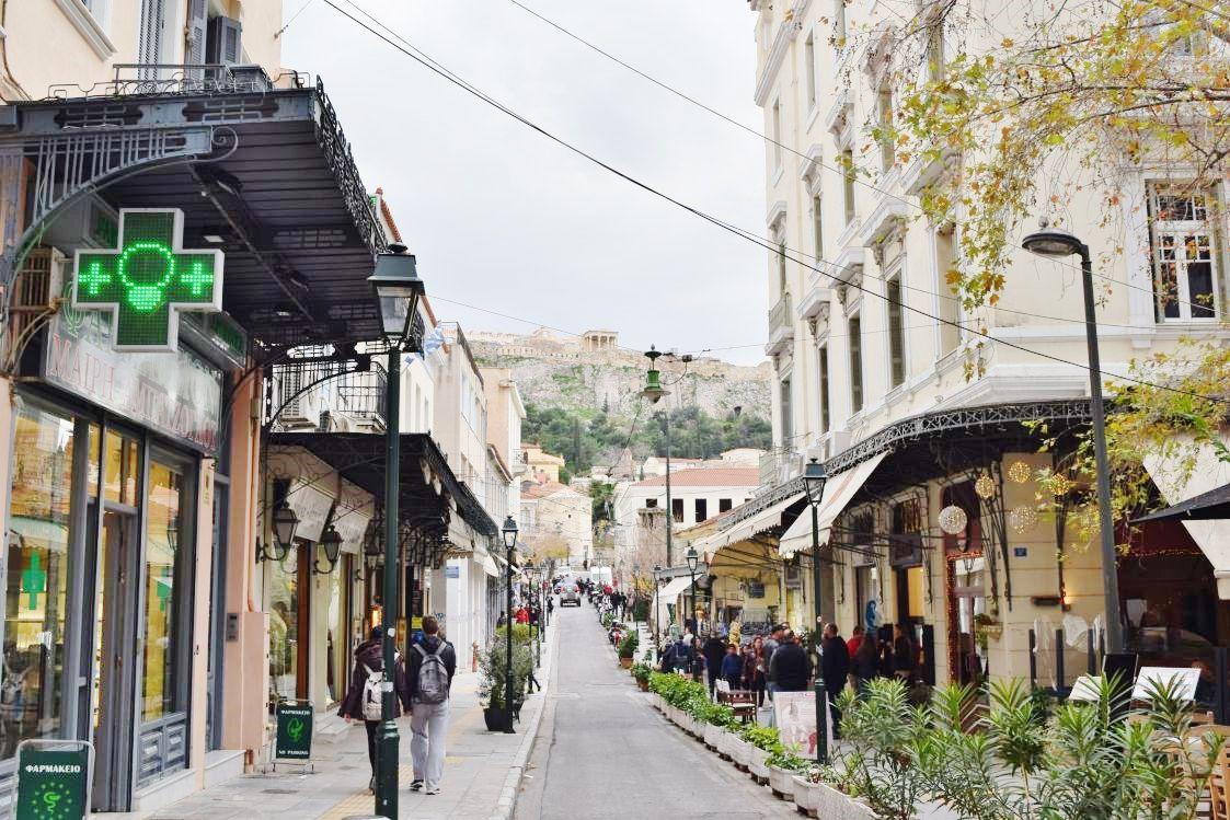 アテネ-遺跡が見える街並み