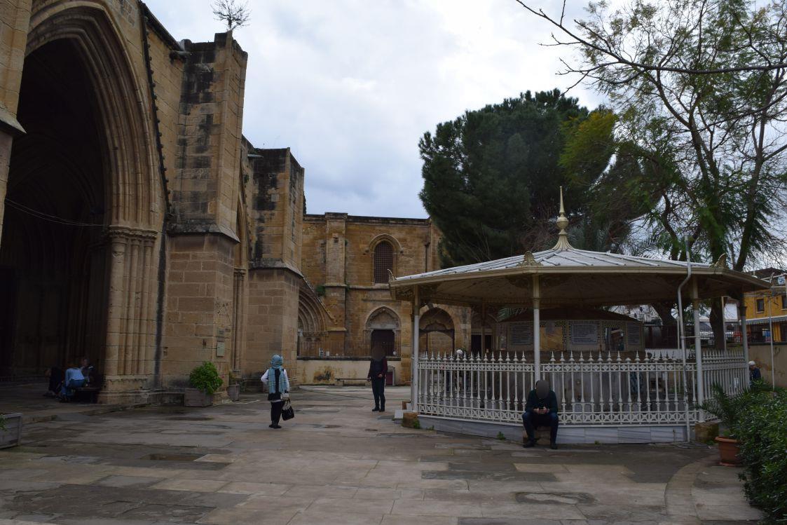 北キプロス-ニコシア-セリミエ・モスク-広場