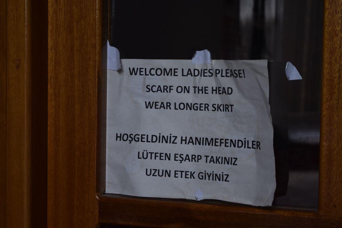 北キプロス-ニコシア-セリミエ・モスク-女性注意書き