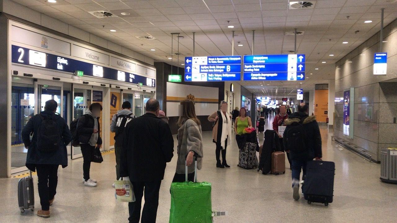 アテネ空港1階コンコース出口付近