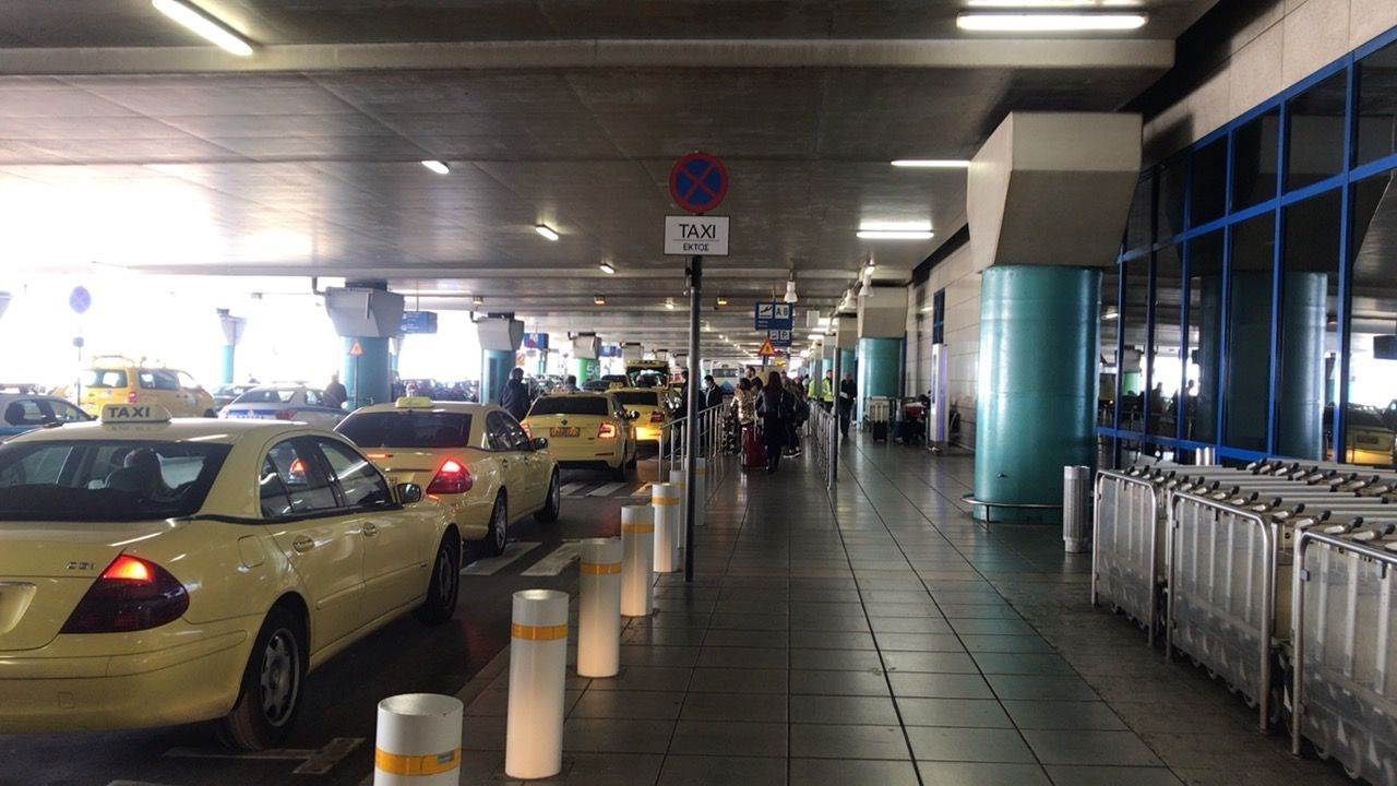 アテネ空港バス乗り場までの歩道