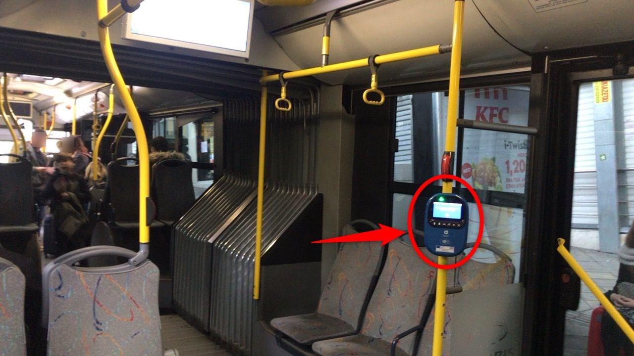 アテネ空港-バス-車内端末
