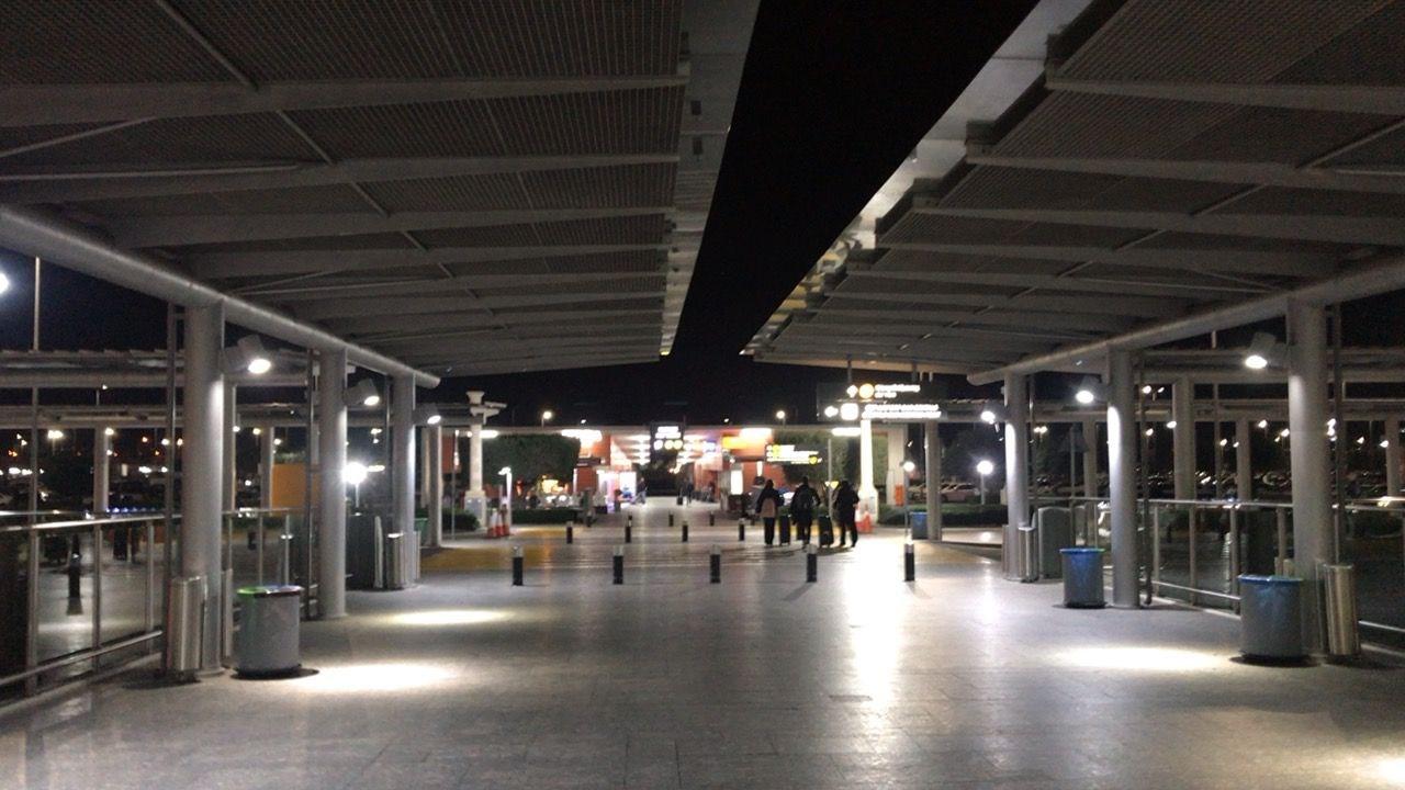 ラルナカ空港-駐車場歩道